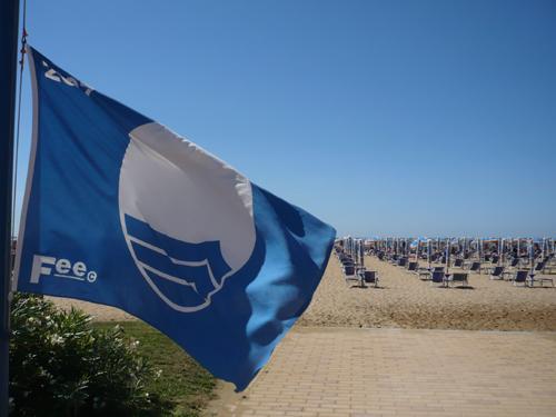 Bandiera Blu della Fee posizionata in spiaggia