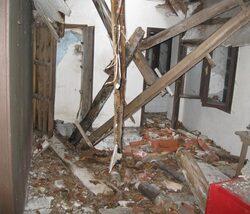 immagine dell'interno prima dei lavori con evidenziato il crollo del solaio interno